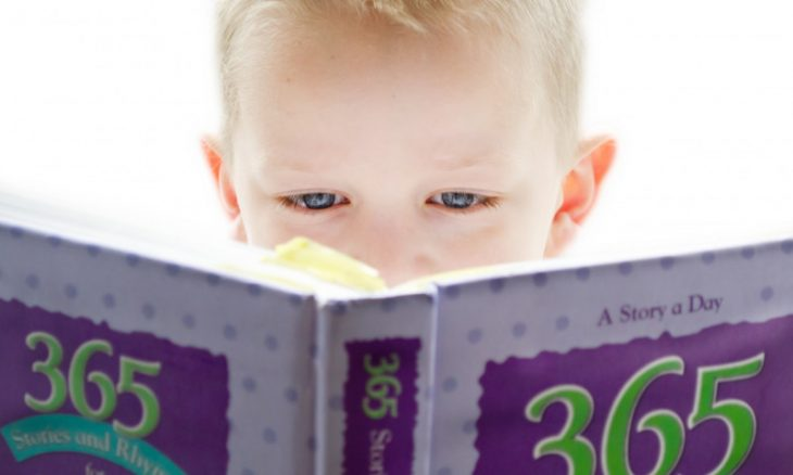 Criança lendo / Foto: George Hodan