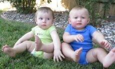 Bebês na grama / Foto: Reprodução