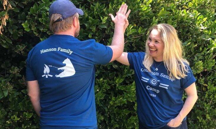 Oona Hanson e o marido Paul criam acampamento para ensinar aos filhos habilidades para a vida