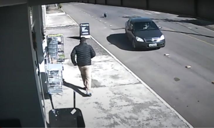 Vídeo: criança cai do carro em movimento após se soltar de cadeirinha