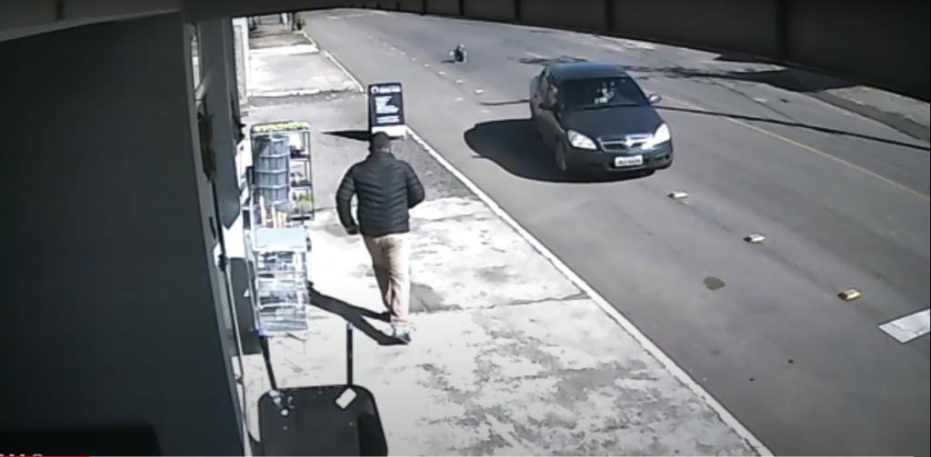 Vídeo: criança de 4 anos se solta de cadeirinha e cai do carro em movimento