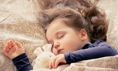 Por que não devemos deixar as crianças dormirem tarde durante a quarentena?
