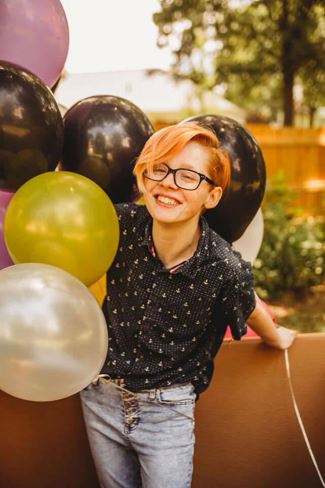 """Família faz """"chá revelação"""" para filho trans"""