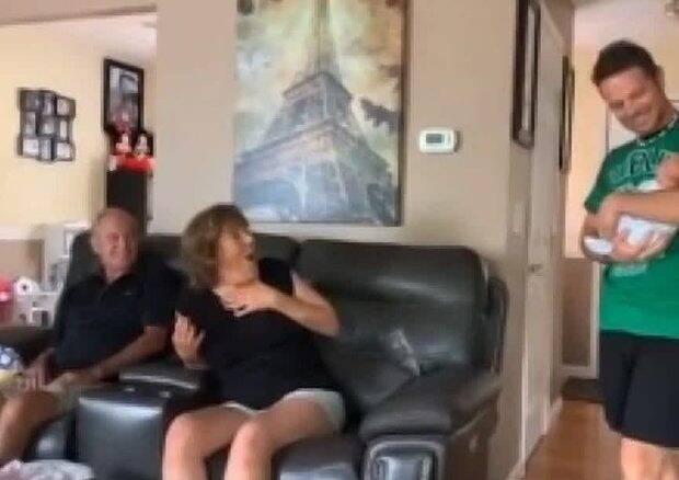 """Avós são surpreendidos por netos gêmeos """"secretos"""" e reação viraliza nas redes sociais"""
