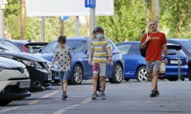 Pediatras rebatem recomendação da OMS sobre uso de máscaras em crianças com menos de 5 anos