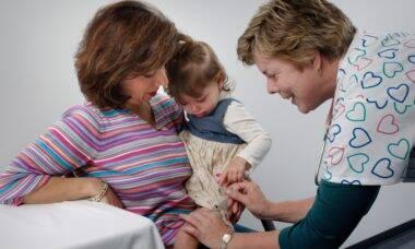 Estudo mostra que vacinar crianças contra gripe ajuda a proteger toda população