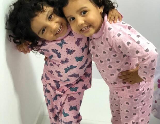 Casal adota irmã gêmea da filha; meninas estavam separadas há dois anos