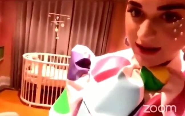 Katy Perry faz tour virtual pelo quarto de sua primeira filha