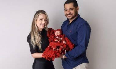 Pais brasileiros vão até a Ucrânia para conhecer filha nascida de barriga aluguel