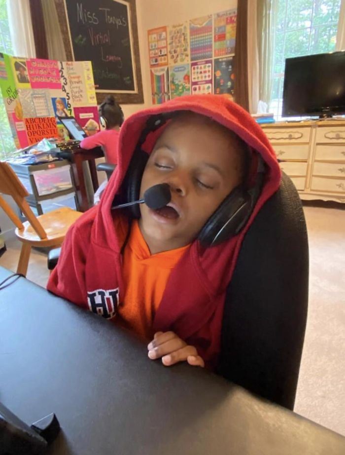 Essas fotos mostram como as crianças estão exaustas com as aulas online