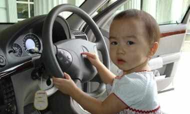 Pais gastam até 4 dias por ano para entrar e sair do carro com as crianças