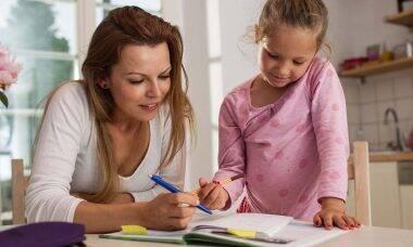 Universidade de Yale oferece curso para ajudar pais a resolverem conflitos com filhos