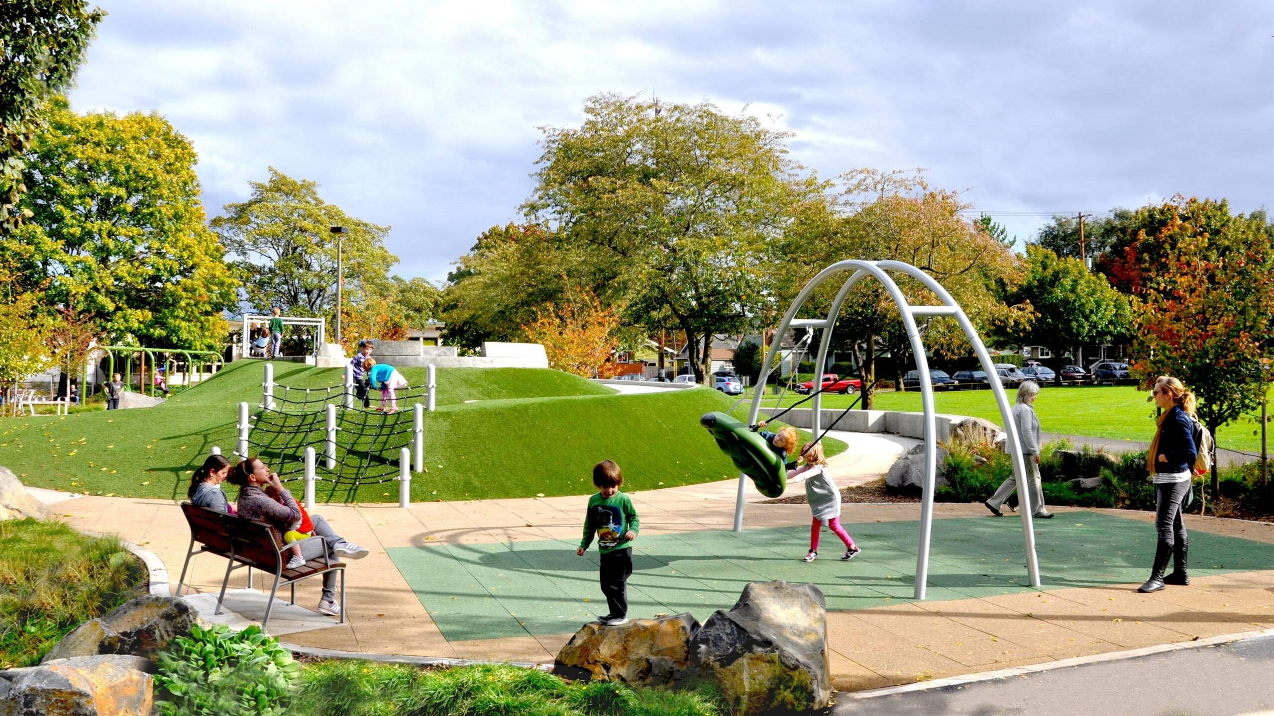 Pai projeta playground acessível para filha e vira modelo para outras cidades
