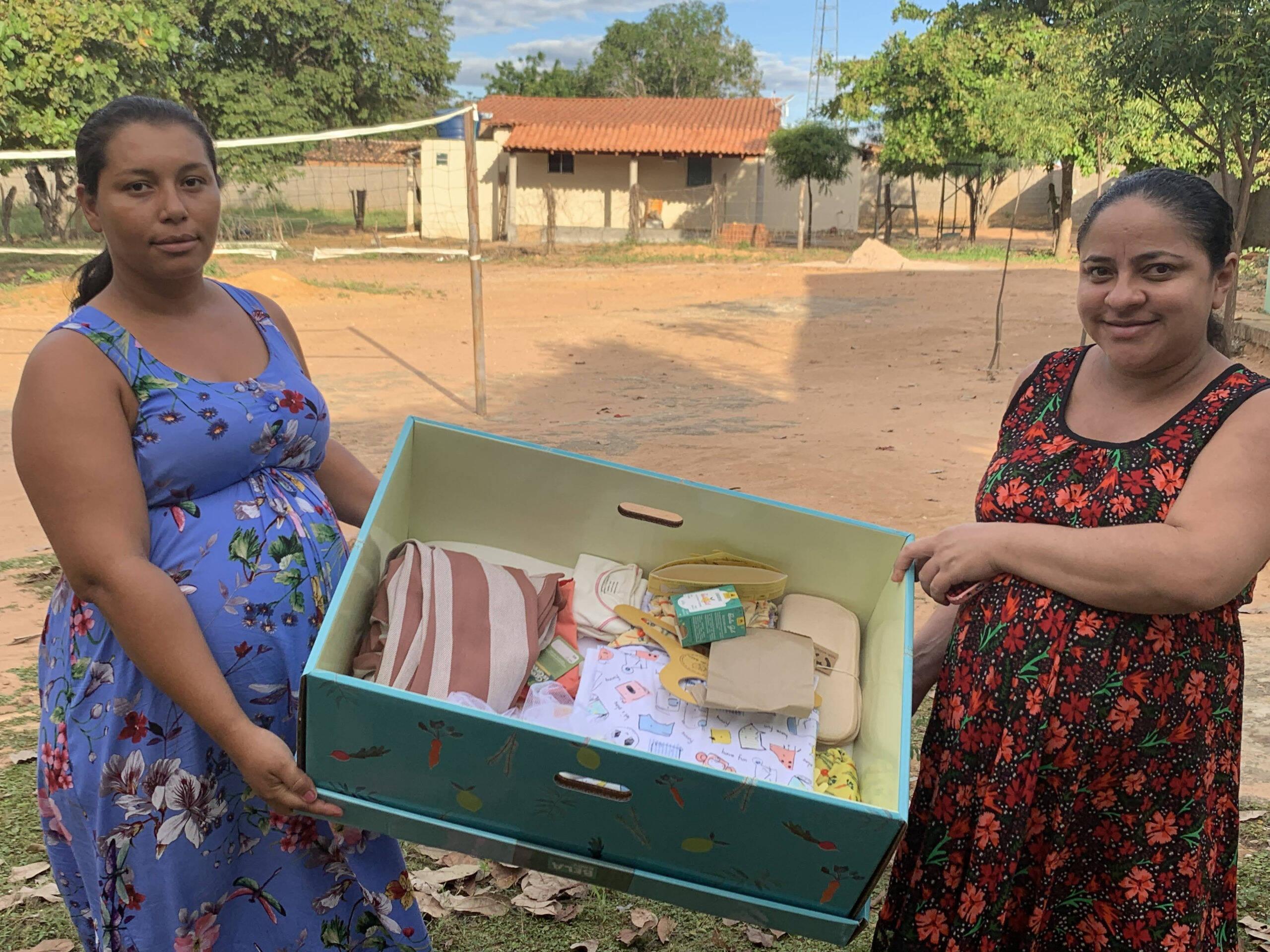 Campanha leva enxovais e mini berços de papelão a famílias carentes