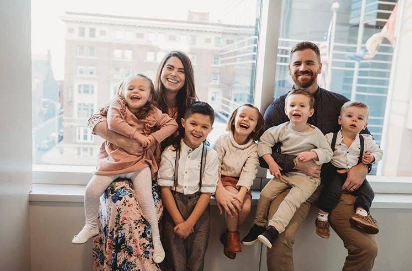 Casal ganha nove filhos em apenas três anos