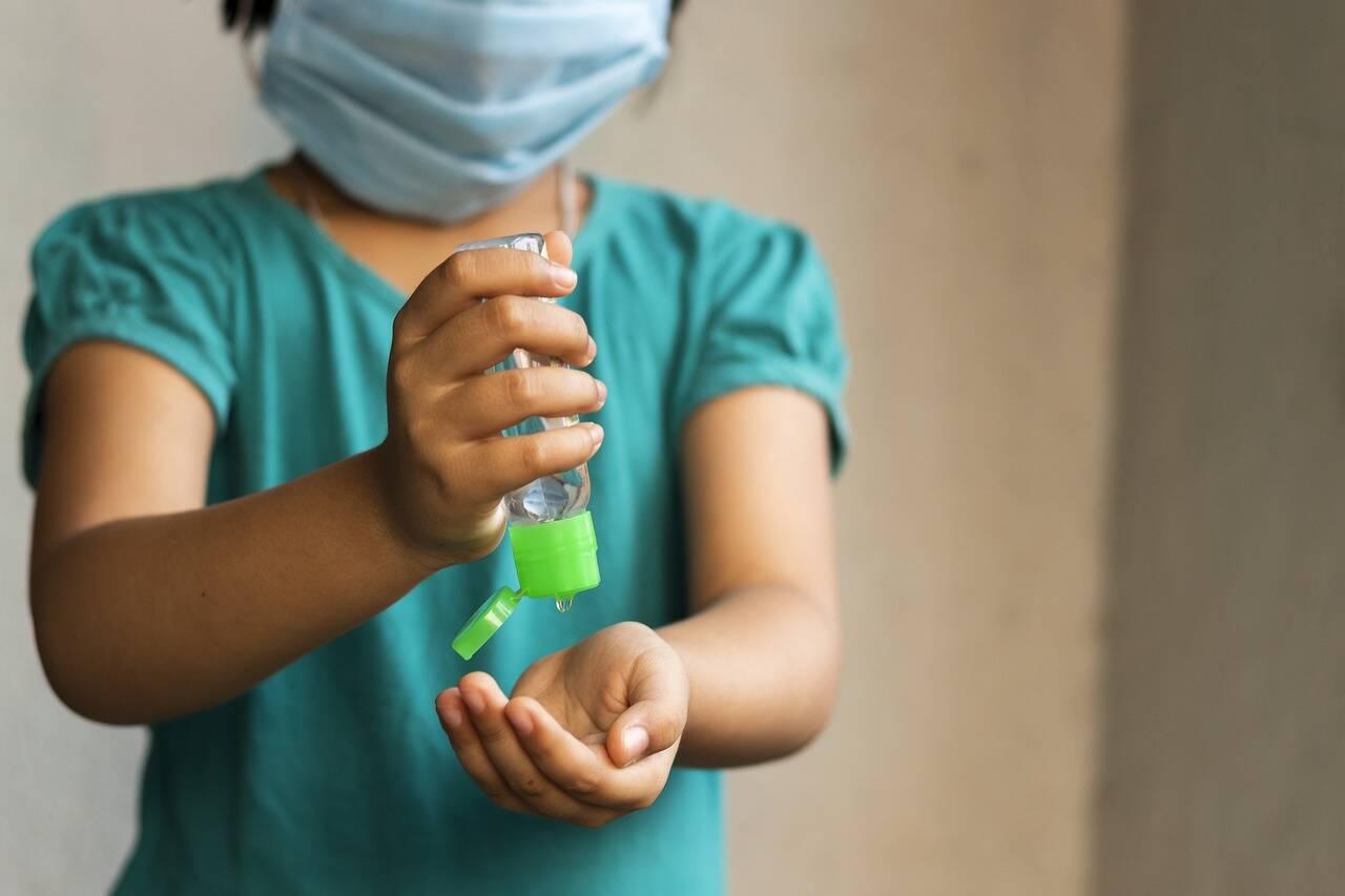 Volta às aulas: Álcool em gel não deve ir na mochila das crianças, dizem especialistas