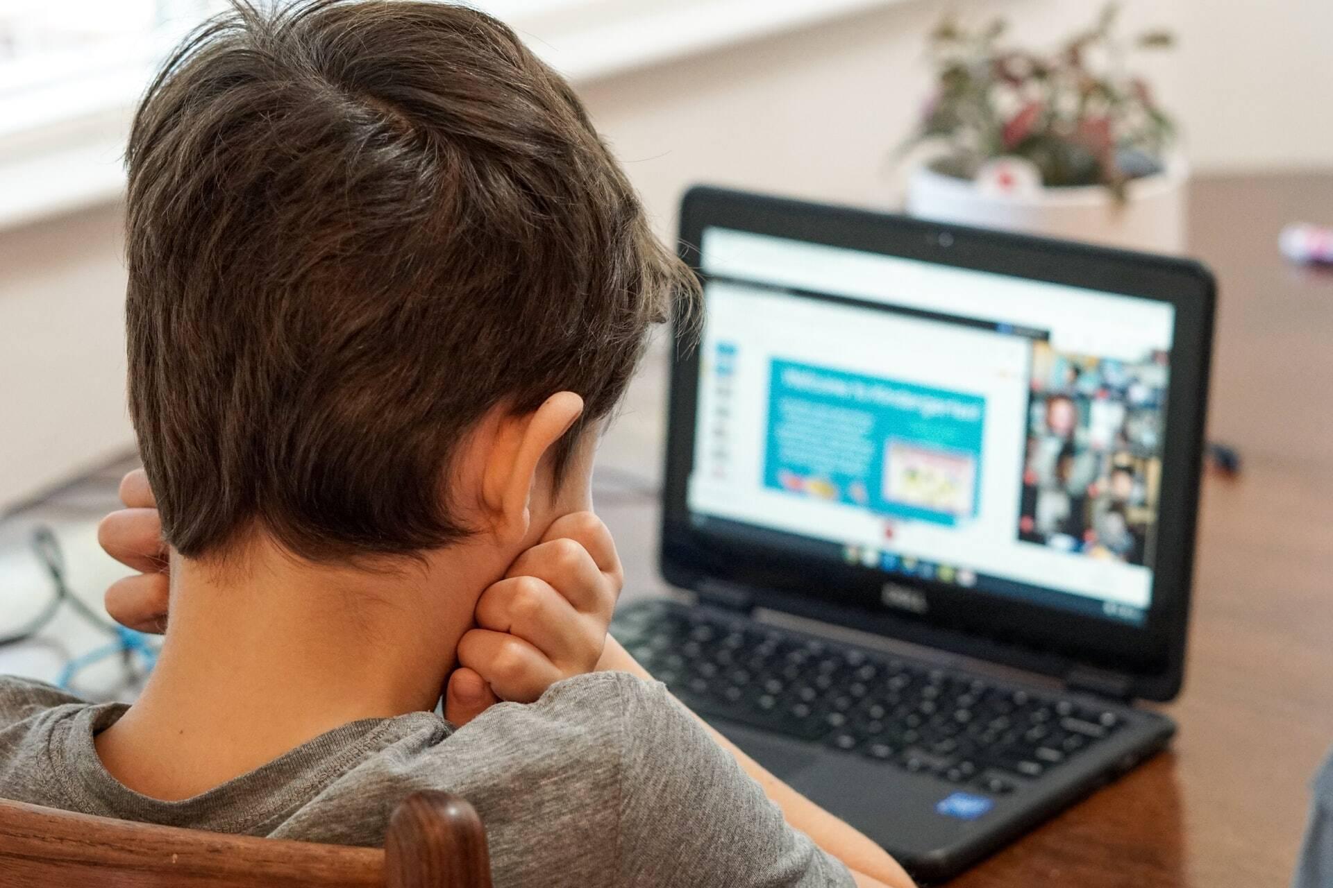 Pai americano conta experiência de educar filhos em casa neste ano