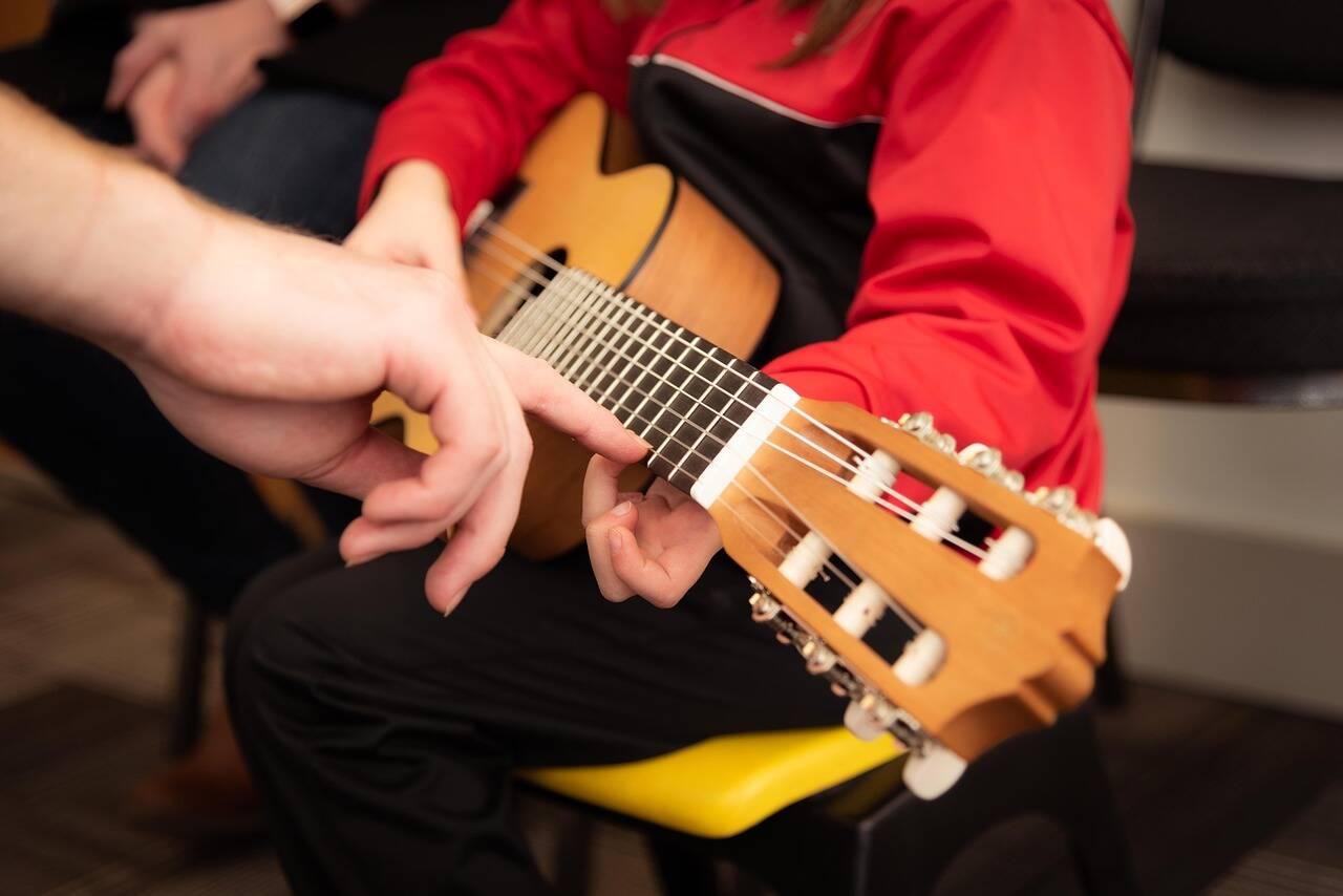 Crianças que estudam música desenvolvem memória e atenção, diz estudo